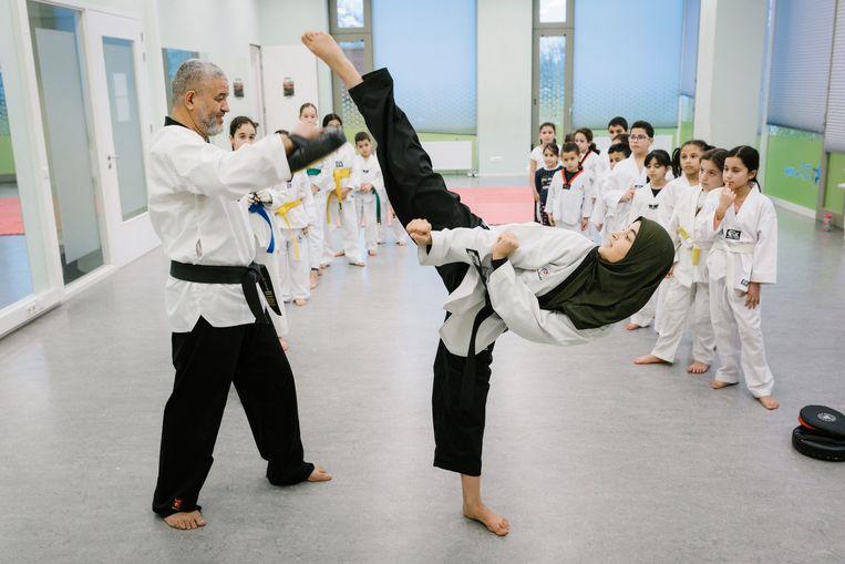 Ihsane Akchich (18) geeft met haar vader taekwondoles in Slotermeer.  Beeld Marc Driessen