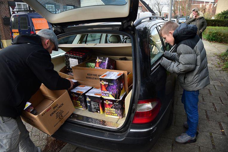 Een gezin koopt vuurwerk in.  Beeld Marcel van den Bergh / de Volkskrant