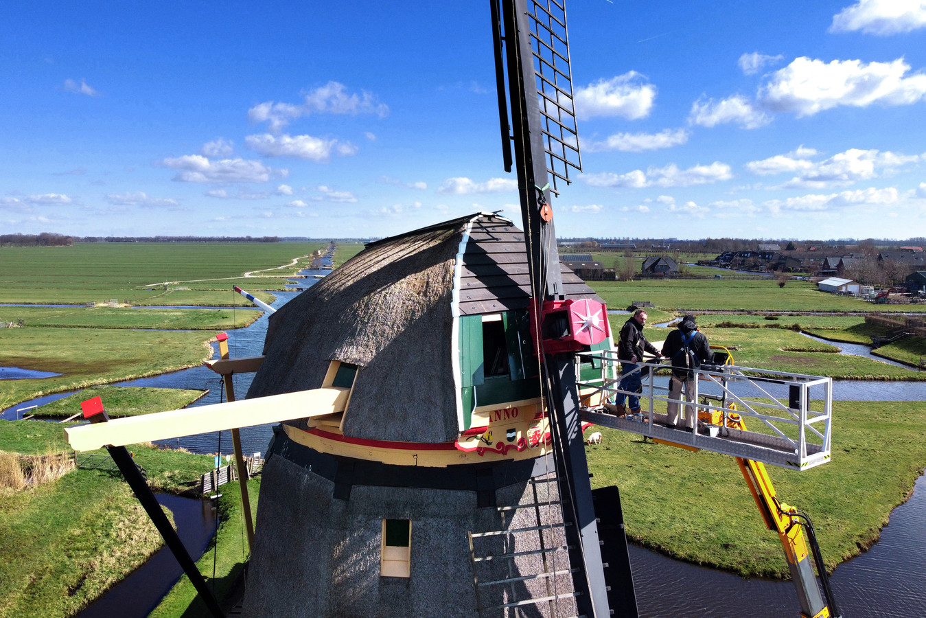 Acht maanden nadat er plotseling een wiek brak, zijn molenmakers nog volop in de weer met de Goudriaanse molen.