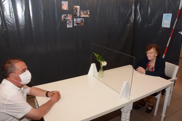 Bezoek in woon-zorgcentrum De Notelaar zal binnenkort mogelijk opnieuw in een aparte ruimte achter plexiglas plaatsvinden. Beeld Kristof Pieters