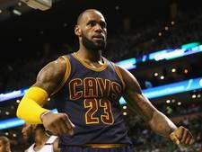 LeBron James leidt Cavaliers naar derde NBA-finale op rij