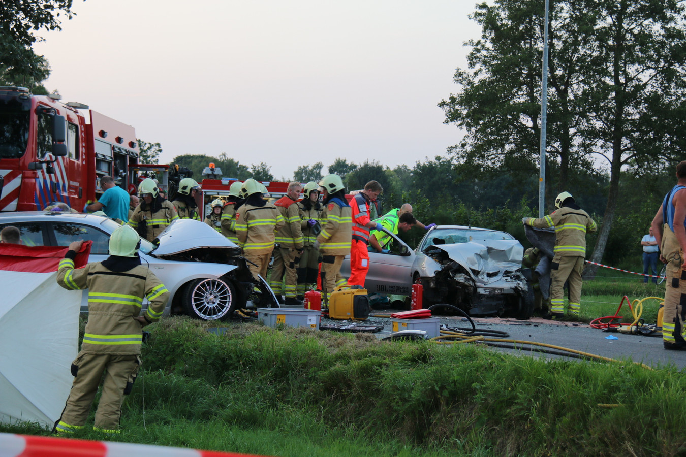 De hulpverlening direct na het ongeluk in Kootwijkerbroek.