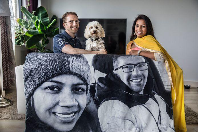 Atilla (links) redde Nupur van de verdrinkingsdood. Daarna werden ze verliefd. De sprei met hun portretten is een kado van Atilla voor valentijnsdag.