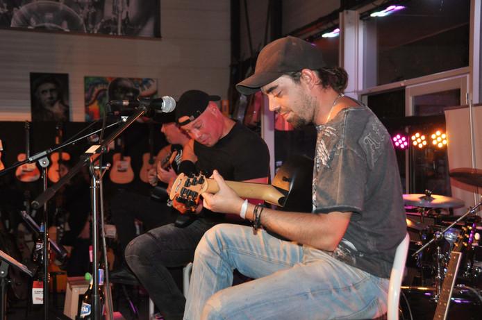 Metalband verzorgde een intieme concert in de gitaarwinkel van Toon van Gils.
