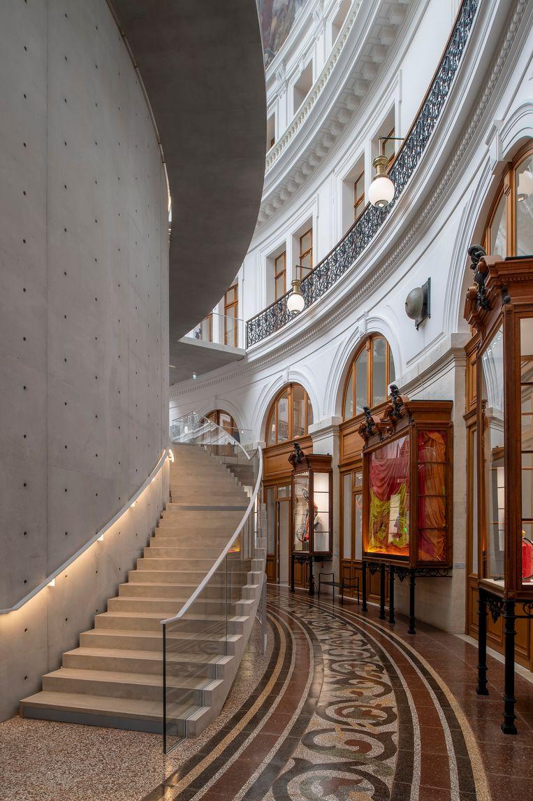 Midden in de voormalige beurs heeft de Japanse architect Tadao Ando een immense cilinder van lichtgrijs beton gezet, waarvan de binnenzijde een aparte expositieruimte vormt.  Beeld Getty Images