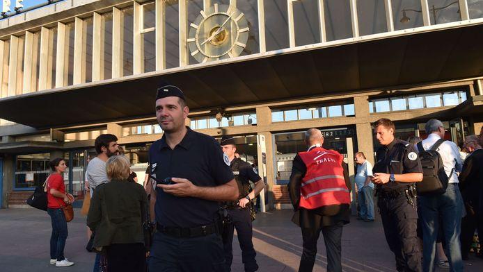 Treinpersoneel op het station na de aanslag.