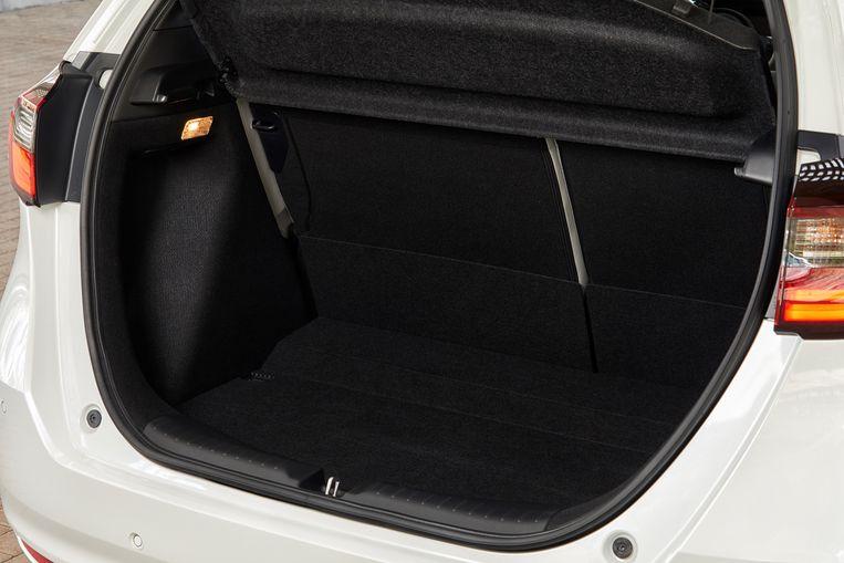 Wie de achterbank niet neerklapt, kan slechts twee kleine koffers kwijt, of 298 liter anderszins. Dat is weinig. Beeld