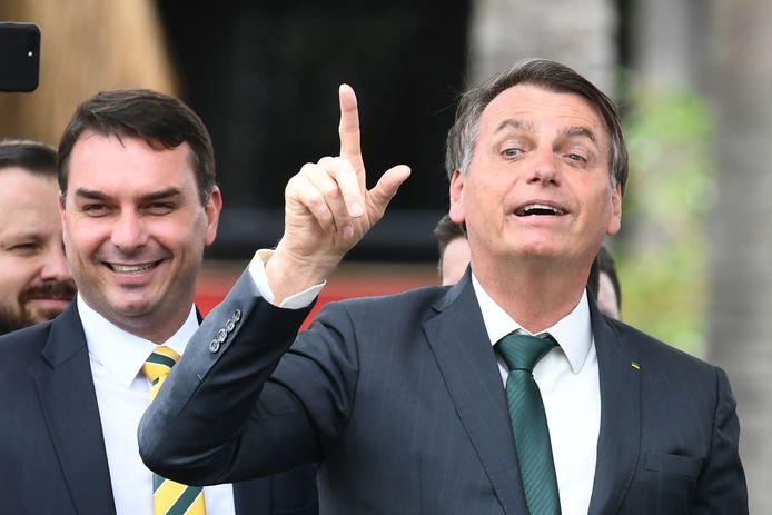Flavio Bolsonaro (links) en zijn vader, president Jair Bolsonaro.