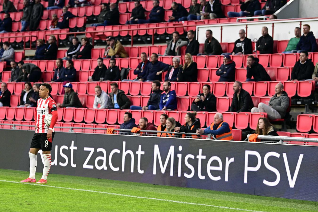 Donyell Malen wist het net te vinden tegen FC Groningen, maar zag zijn goal afgekeurd worden door de VAR.