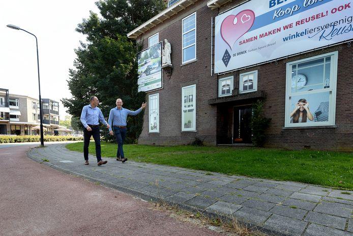 Wethouder Peter van de Noort (l) en projectleider Guus Stappaerts lopen langs de oude Jozefschool in het centrum van Reusel. Het gebouw wordt in oude luister hersteld en biedt straks ruimte aan winkels en appartementen.