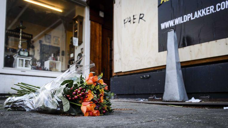 Bloemen voor het waterpijpcafé waar het afgehakte hoofd werd gevonden. Beeld anp