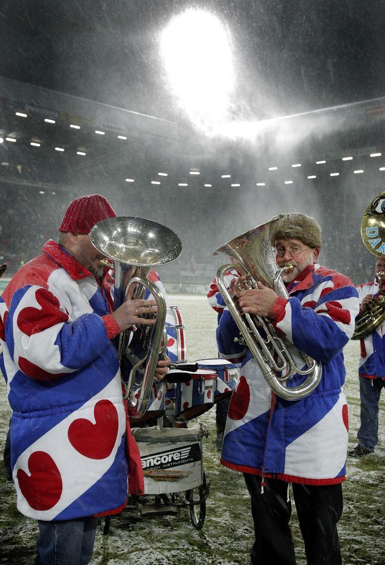 Voor de wedstrijd Heerenveen-Ajax op 30 december 2005 (uitslag 4-2) wordt het Friese volkslied gespeeld. Beeld Guus Dubbelman/ de Volkskrant