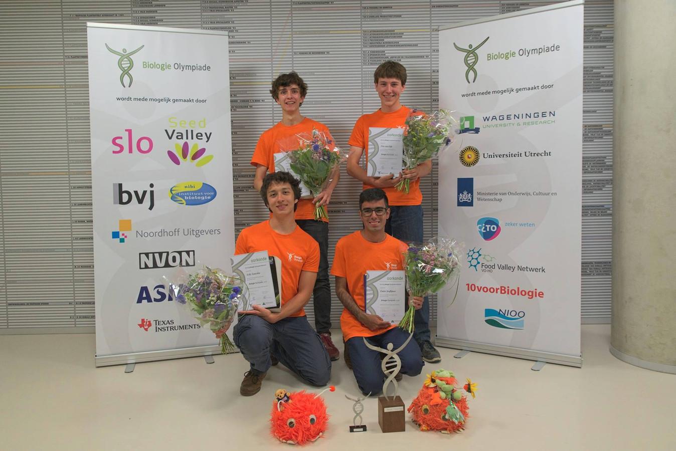 De vier winnaars van de Biologie Olympiade 2018. Met de klok mee: Ward de Ridder, Tim van Dijk, Emin Araftpoor en Yelle Tanesha.