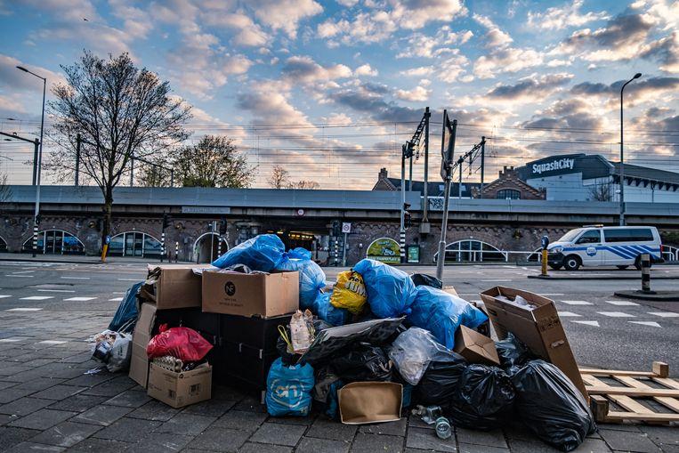 Rondslingerend afval, volle afvalcontainers: handhavers schreven flink wat boetes uit, maar Amsterdammers moeten zelf netter worden. Beeld Joris van Gennip