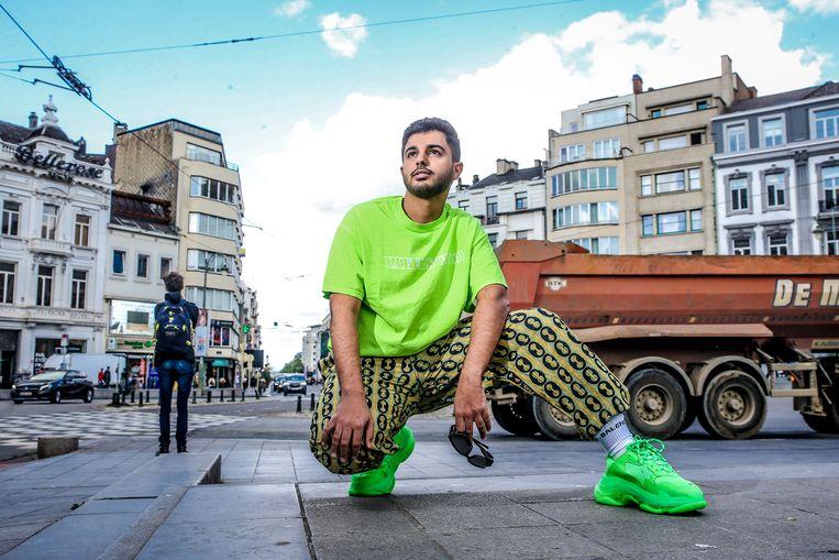"""Rashid: """"Je treft me op een ongelegen moment. Normaal draag ik altijd Balenciaga, maar nu heb ik snel een T-shirt en broek van Urban Outfitters aangetrokken omdat ik naar de winkel moest. Mijn sneakers en sokken komen wél van het Spaanse merk."""""""