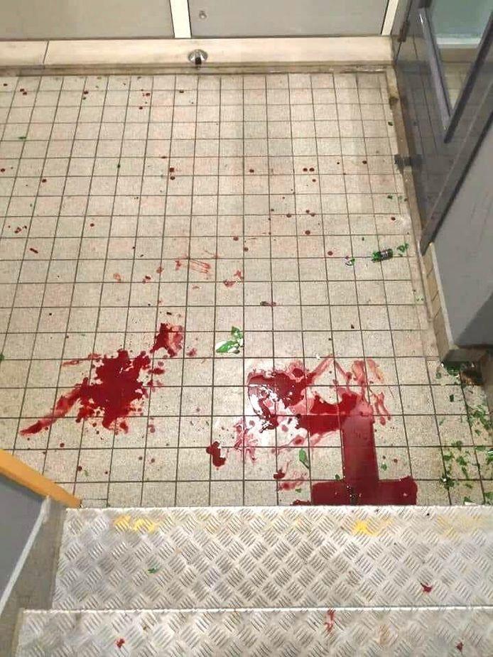 Bloed in het trappenhuis. Het ene trappenhuis zat tot de tweede etage onder de bloedspatten, het andete tot en met 8-hoog.