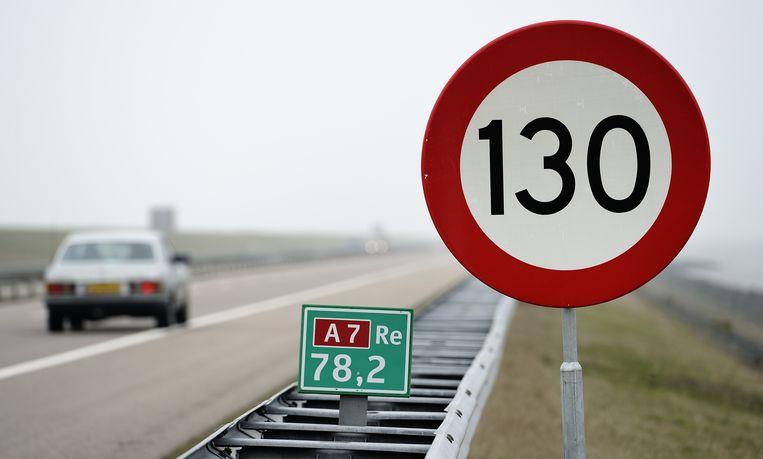 Op de Afsluitdijk mag inmiddels vijf jaar lang 130 kilometer per uur gereden worden. Beeld ANP