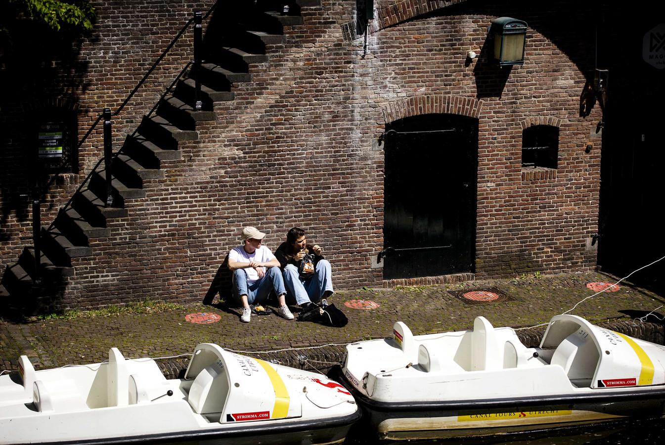 Zonaanbieders langs de Oudegracht in Utrecht. De zon zorgt voor een extra geluksgevoel.