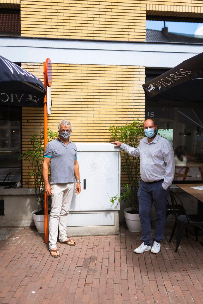 Schepenen Jos Withofs en Thomas Bauwens bij één van de elektriciteitskasten die onder handen zal genomen worden met straatkunst.