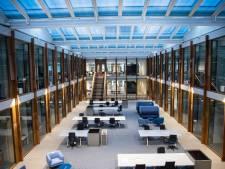 Pas geopend gebouw van Radboud Universiteit loopt na hoosbui onder met rioolwater, tapijten gaan verloren, ontlasting zat tegen de deuren