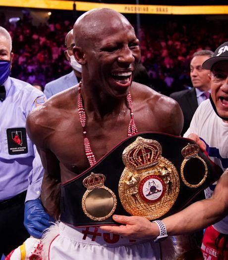 Ugas verslaat levende legende Pacquiao en verdedigt titel in het welterweight