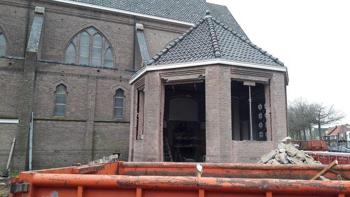 De doopkapel van de voormalige kerk van de Schijndelse wijk Boschweg wordt verbouwd tot kleine woning. In de kerk komen 33 zorgwoningen.