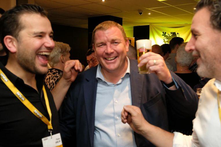 Maarten De Veuster genoot zondag van zijn overwinning met een pintje in de hand. Beeld Laenen