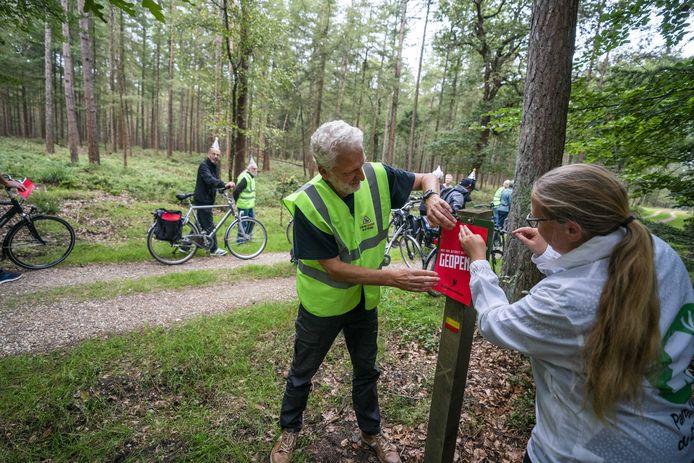 Vorige week werd door natuurliefhebbers gedemonstreerd  door middel van een fiets- en stickeractie tegen het jaarlijks sluiten van een deel van het Kroondomein Het Loo. De koning mag het gebied niet meer maanden per jaar afsluiten, als hij de subsidie van het Rijk voor het onderhoud van het Veluwse natuurgebied wil behouden.