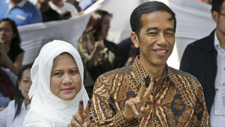 De Indonesische presidentskandidaat Joko Widodo en zijn vrouw Irina na het uitbrengen van hun stem in Jakarta. Beeld ap