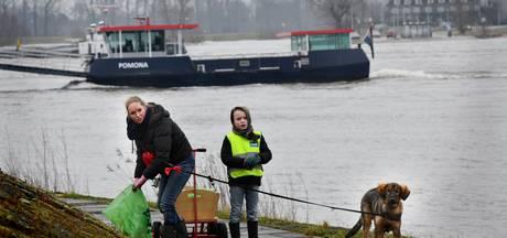 Vrijwilligers ruimen rommel op langs Waal en Lek
