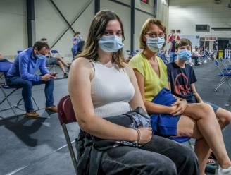 """REPORTAGE. 12- tot 15-jarigen schuiven enthousiast aan voor eerste prik: """"Hoera! Schrap dat mondmasker op school nu maar"""""""