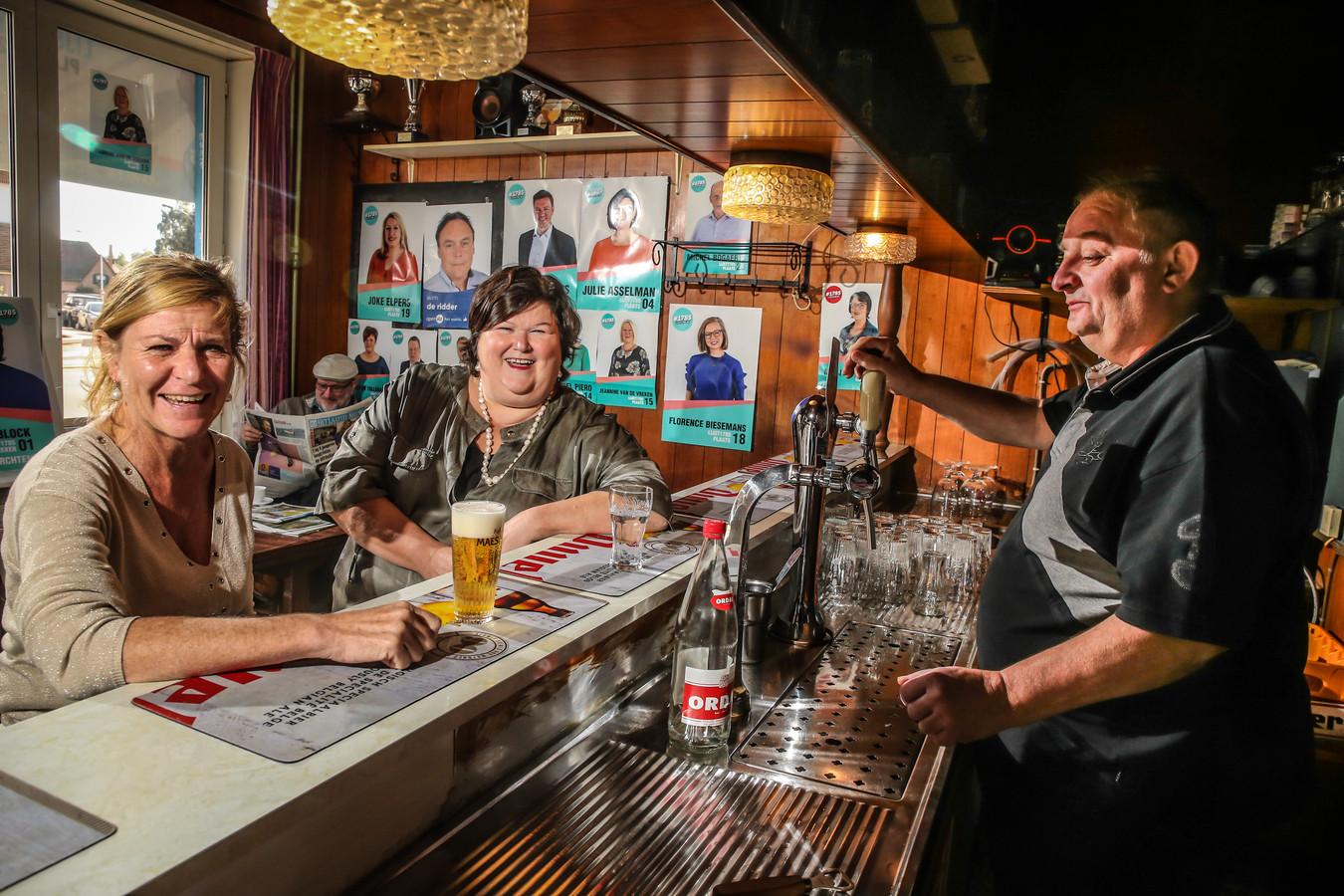 """Op café bij Willy in 'Bij Den Bizon', met Chantal Mostaert, voorzitter van de lokale liberalen. """"Maar Maggies broer Eddie is toch socialer."""""""