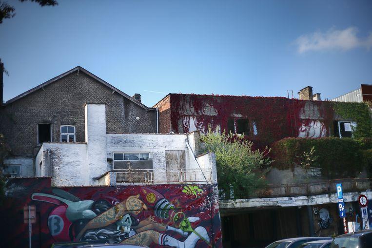Graffiti siert de gevels van beide panden.
