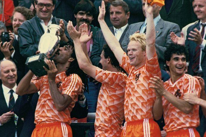 1988: Ronald Koeman (tweede van rechts) viert de Europese titel met Oranje.