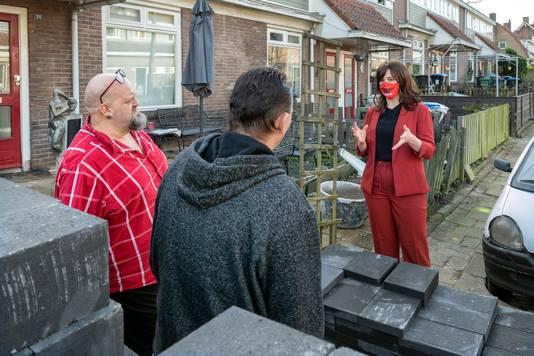 Bewoners van de Geitenkamp in gesprek met 'minister van Wonen' Stefanie Blokhuizen. Er moet meer naar wijkbewoners worden geluisterd, vinden zij.