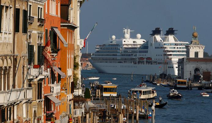 De grote cruiseschepen zijn veel Venetianen een doorn in het oog.