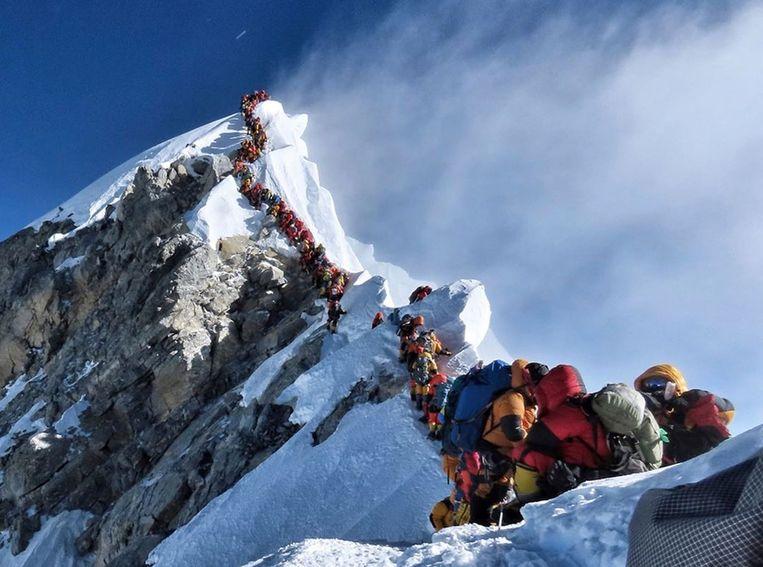 Op de Mount Everest legde Purja vast hoe hij op een bergkam onder de top in een file van tientallen klimmers stond te wachten op zijn beurt om even op de piek te staan. Het beeld ging viraal.  Beeld AP
