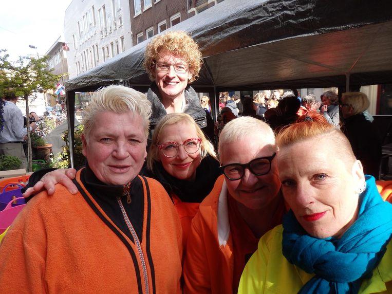 Café Saarein: Dia Roozemond, Relinde Fontaine, GJ de Wit, Brenda Broekhuizen en Puck Verdoes (vlrn). Tip voor volgend jaar! Beeld Schuim