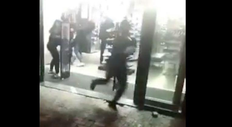 Screenshot van een filmpje dat een omstander maakte van de overval. Beeld Dumpert