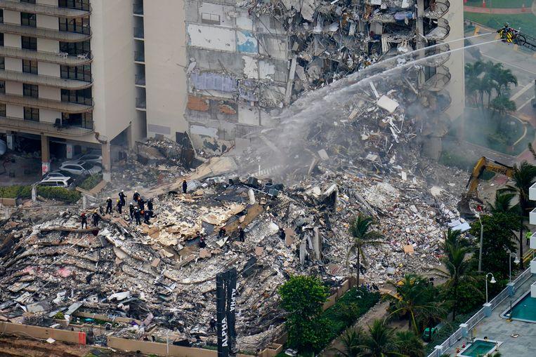 Reddingswerkers zoeken in het puin naar overlevenden.  Beeld AP
