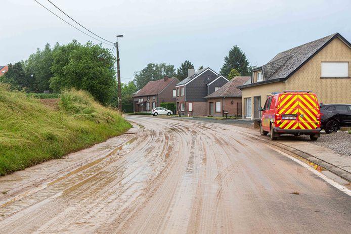 De Gustaaf Breynaertstraat lag bedekt met een dikke laag modder.