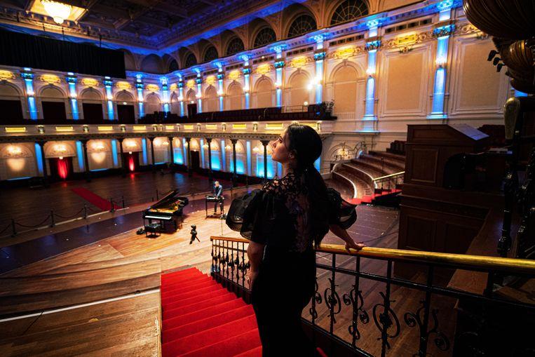 Karsu loopt de Grote Zaal in, Mart Jeninga op synthesizer staat al op het podium.  Beeld Kim Balster