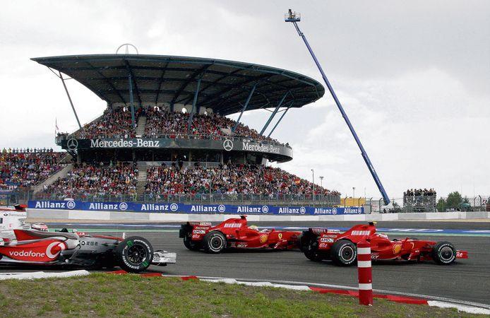 Volgepakte tribunes op de Nürburgring zien Kimi Raikkonen (r), Felipe Massa en Fernando Alonso voorbij komen in 2007.