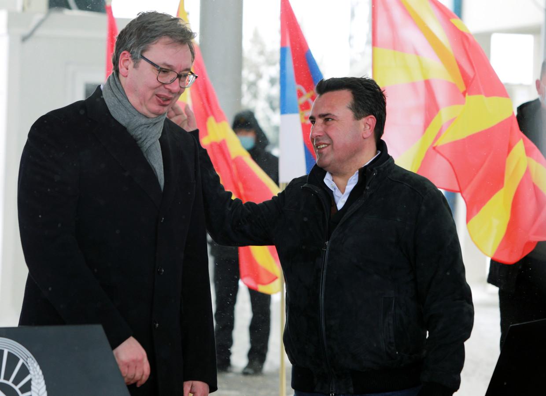 De Noord-Macedonische premier Zoran Zaev (rechts) bedankt de Servische president Aleksandar Vucic voor de vaccins die hij schenkt.  Beeld REUTERS