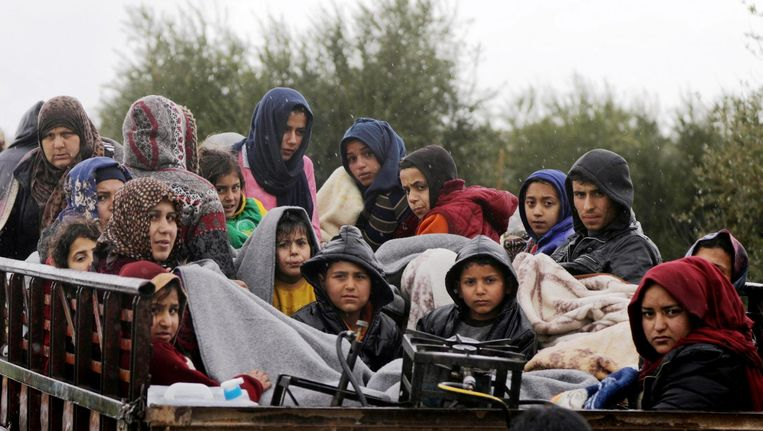 Inwoners ontvluchten Afrin met hun bezittingen op een truck. Het dodental in de stad ligt inmiddels rond de 230. Beeld reuters