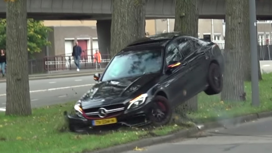 Een Mercedes-Benz AMG crasht hard tegen een boom