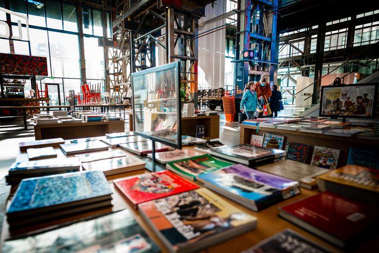 Bezoekers in de tot 'beste bibliotheek van Nederland'verkozen LocHal in Tilburg.  Beeld Hollandse Hoogte /  ANP