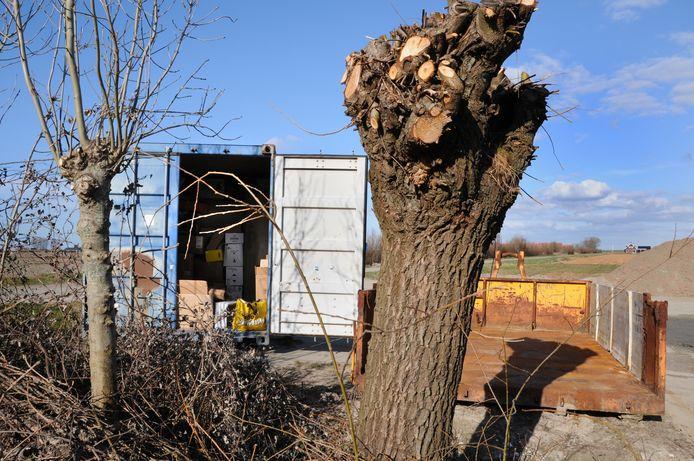 In de Schouwse papiercontainers wordt ook restafval gedumpt.
