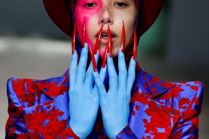 Een model  presenteert een creatie van Hu Sheguang  tijdens de modeweek in China.  Foto Thomas Peter