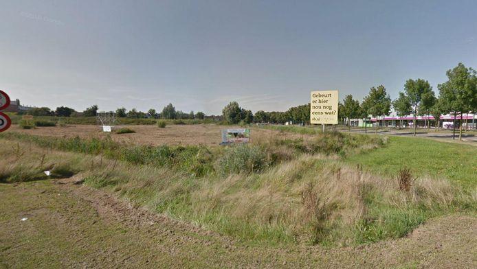 Op het al jaren braakliggende terrein langs de Rondweg Noord en de Laan van Duurzamaheid stond een bord met de tekst: 'Gebeurt er hier nou nog eens wat?'
